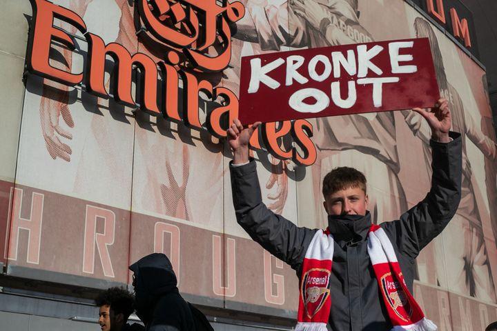 Un supporter d'Arsenal demande le départ du propriétaire Stan Kroenke, devant l'Emirates Stadium (MI NEWS / NURPHOTO)
