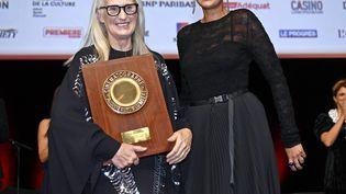 La remise du Prix Lumière à Jane Campion par Julia Ducournau à Lyon (Rhône) le 15 octobre 2021 (ST?PHANE GUIOCHON / MAXPPP)