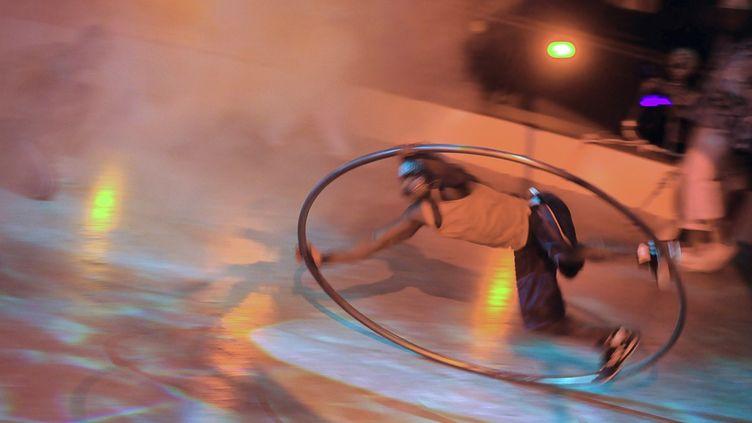 """""""Urban"""" le show de la troupe Circolmbia utilise toutes les disciplines du cirque pour évoquer la vie quotidienne dans les quartiers de Cali  (ATTILA KISBENEDEK / AFP)"""