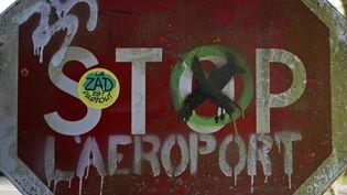 """Un panneau """"stop"""" détourné par les zadistes, à Notre-Dame-des-Landes, le 17 février 2014. (STEPHANE MAHE / REUTERS)"""