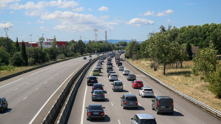 Des voitures dans un embouteillage sur l'autoroute A7, à Valence(Drôme), le 11 juillet 2020. (NICOLAS GUYONNET / HANS LUCAS / AFP)