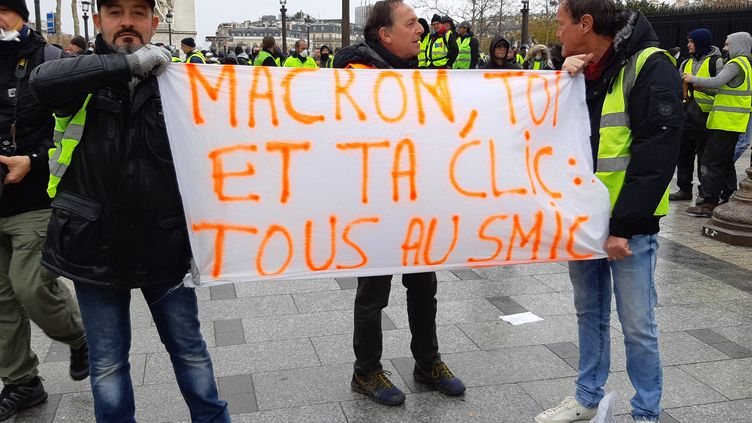 """Des """"gilets jaunes"""" manifestent près de la place de l'Etoile, à Paris, le 8 décembre 2018. (MARC GARVENES / DPA / MAXPPP)"""
