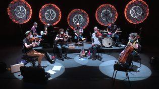 Le musicien Chapelier Fou entouré de six musiciens classique pour un concert à huis clos diffusé sur Arte concert (France 3 Lorraine)