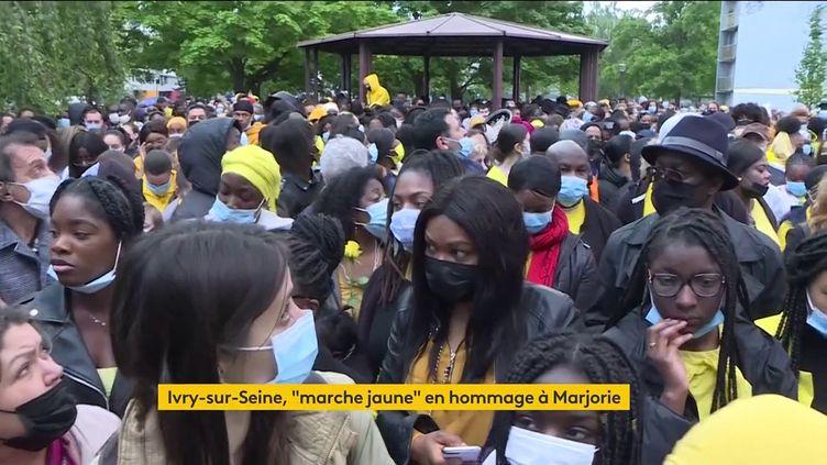 Des participants à la marche organisée en hommage à Marjorie, samedi 22 mai 2021 à Ivry-sur-Seine (Val-de-Marne). (FRANCEINFO)