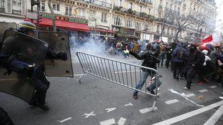 Des manifestants font face aux CRS, place de la République, après la dispersion d'une chaîne humaine pour le climat, le 29 novembre 2015. (ERIC GAILLARD / REUTERS)