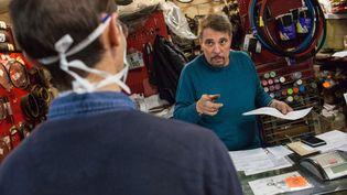 Dans un magasin de réparation de vélos, à Montauban (Tarn-et-Garonne), le 13 mai 2020. (PATRICIA HUCHOT-BOISSIER / HANS LUCAS / AFP)
