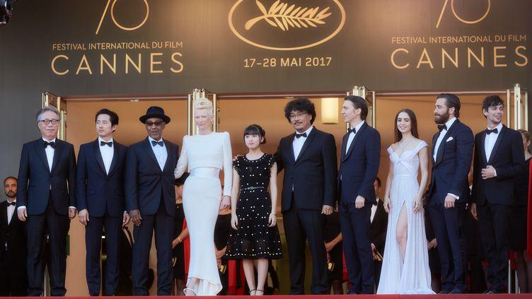 """L'équipe du film """"Okja"""" de Bong Joon-Ho, en haut dela montée des marches du Festival de Cannes, le 19 mai. (GETTY IMAGES)"""