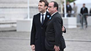 François Hollande et Emmanuel Macron lors de cérémonies du 8-Mai 2017 sur la tombe du Soldat inconnu, sous l'Arc de Triomphe à Paris. (STEPHANE DE SAKUTIN / AFP)