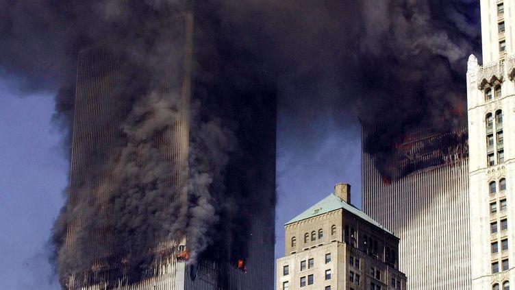 Une vue sur les tours jumelles le 11 septembre 2001 à New York (Etats-Unis) après l'attaque terroriste meurtière. (STAN HONDA / AFP)