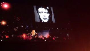 Madonna chante en hommage à Bowie, 13 janvier 2016  ( Capture d'écran YouTube)