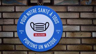 Un panneau annonçant l'obligation de porter un masque à l'entrée du métro à Paris le 1er juin 2020. (MARTIN NODA / HANS LUCAS / AFP)