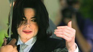 Michael Jackson à la sortie d'un procès pour pédophilie, Tribunal de Santa Barbara, mai 2005.  (Christina Barany / Getty Images North America / AFP)