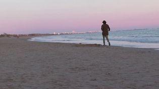 La douceur des températures en France et les journées qui s'allongent rendent le couvre-feu plus difficile à respecter pour les Français. À Carnon, dans l'Hérault, certains n'ont d'ailleurs pas résisté, mercredi 17 février au soir, à la tentation d'observer le coucher de soleil sur la plage. (France 3)