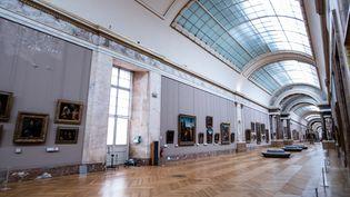 """La """"Grande Galerie"""" au musée du Louvre à Paris vide en raison de l'épidémie de Covid-19, le 8 janvier 2021.Photo d'illustration. (MARTIN BUREAU / AFP)"""