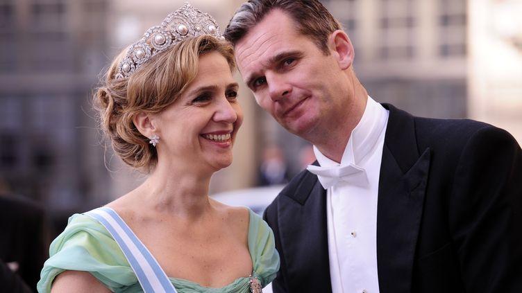 Inaki Urdangarin et son épouse, la princesse Cristina d'Espagne, au mariage de la princesse Victoria de Suède, le 19 juin 2010 à Stockholm (Suède). (ATTILA KISBENEDEK / AFP)
