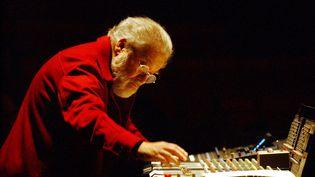 Le compositeur Pierre Henry durant un concert à Nantes (Loire-Atlantique), le 6 décembre 2002. (FRANK PERRY / AFP)