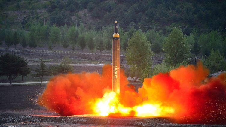 Un missile balistique Hwasong-12 tiré le 14 mai 2017 depuis la Corée du Nord. (KCNA VIA KNS / AFP)