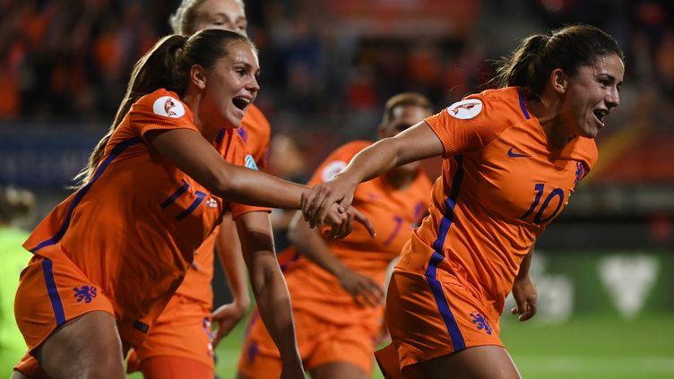 La joie des Néerlandaises autour de Danielle van de Donk, pour leur qualification en finale de l'Euro (JOHN THYS / AFP)