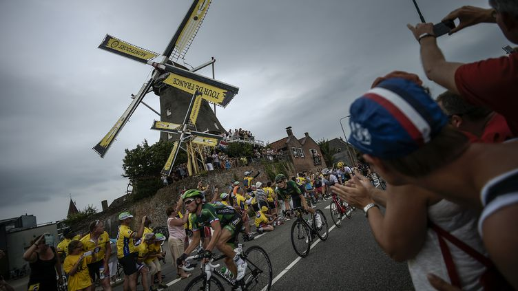 Sur les routes de la 2e étape du Tour de France entre Utrecht et Zélande (LIONEL BONAVENTURE / AFP)