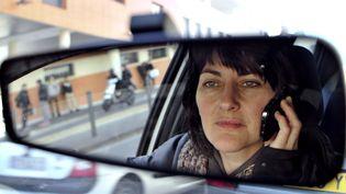 Une personne téléphone au volant le 4 janvier 2012 à Marseille. (BORIS HORVAT / AFP)