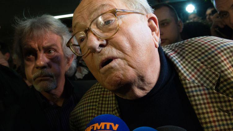 Jean-Marie Le Pen parle aux journalistes à son arrivée dans le Vaucluse à Carpentras le 29 mars 2015. (BERTRAND LANGLOIS / AFP)