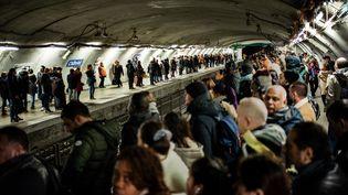 Les transports publics très perturbés en raison de la grève contre la réforme des retraites. La station Châtelet du métro parisien le 16 décembre, 12e jour de grève. (MARTIN BUREAU / AFP)
