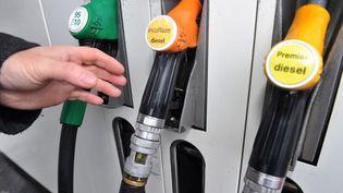 La baisse des prix à la pompe n'a pas permis jusqu'ici d'enrayer la tendance qui voit les Français limiter leurs déplacements en voiture. (PHILIPPE HUGUEN / AFP)
