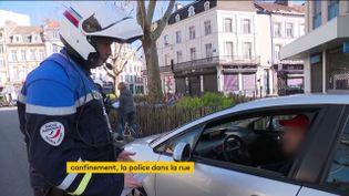 Un policier contrôle un automobiliste (FRANCEINFO)