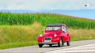 La 2 Chevaux, modèle mythique de Citroën a permis de démocratiser la voiture dans les années 1960. Le 27 juillet 1990, il y a 30 ans exactement, la production s'est arrêtée. (France 2)