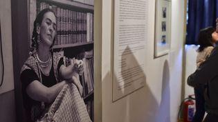 Les visiteurs regardent des lettres exposées dans la maison de Diego Rivera  (RONALDO SCHEMIDT / AFP)