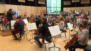 Les musiciens de l'Orchestre philharmonique de Strasbourg s'entraînent avant leur retour devant le public. (France 3 Strasbourg)