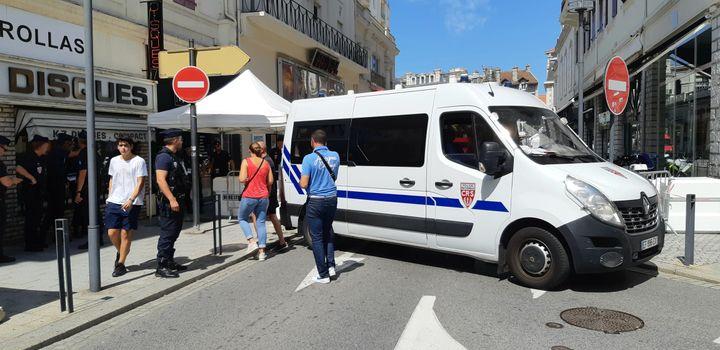 Des camions de CRS barrent les rues du centre de Biarritz, le 23 août 2019, à la veille de l'ouverture du sommet du G7. (BENJAMIN  ILLY / FRANCE-INFO)