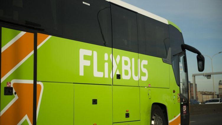 Un autocar FlixBus circule sur le périphérique parisien, le 13 février 2021 à Paris. (MAGALI COHEN / AFP)