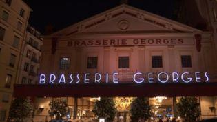 Le soir du Nouvel An, certains sortent faire la fête au restaurant. À Lyon (Rhône), la brasserie Georges, l'une des plus anciennes d'Europe, voit les choses en grand pour le réveillon. (France 2)