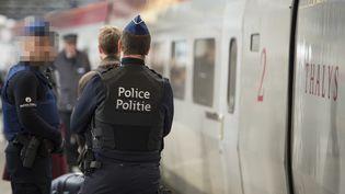 Les forces de police belges devant un train Thalys sur le quai de la gare de Bruxelles le 14 novembre 2015. (LAURIE DIEFFEMBACQ / BELGA MAG)