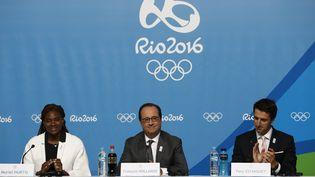 François Hollande, entouré de Muriel Hurtis et de Tony Estanguet, lors de la conférence de presse organisée vendredi 5 août à Rio (Brésil) pour soutenir lacandidature de Paris pour les Jeux de 2024. (JACK GUEZ / AFP)