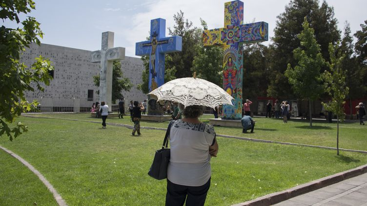 Des artistes ont peint des croix sur le site qui va accueillir le pape François au Chili. (PABLO PORCIUNCULA / AFP)