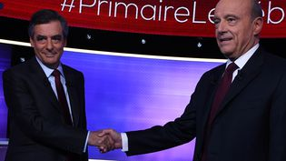 Alain Juppé et François Fillon, lors du débat d'entre deux tours (ERIC FEFERBERG / POOL)