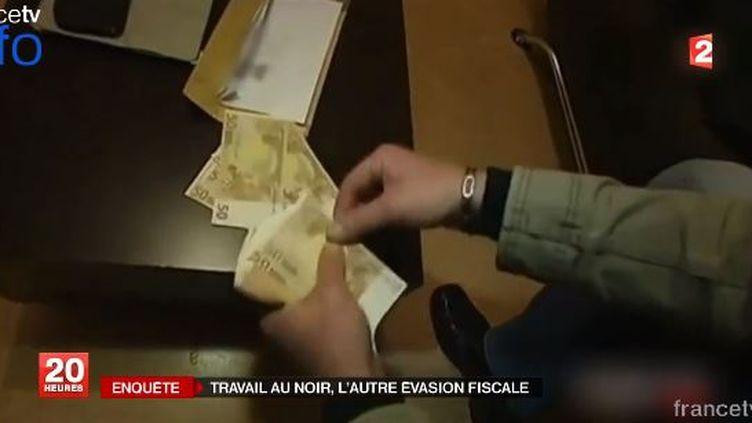 Un homme compte son salaire perçu en espèces. ( FRANCE 2 / FRANCETV INFO)