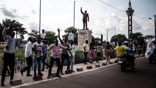 Des partisans du candidat à la présidentielle, Martin Fayulu, à Kinshasa, devant la statue de Patrice Lumumba, premier leader de la République démocratique du Congo, le 21 novembre 2018. (JOHN WESSELS / AFP)