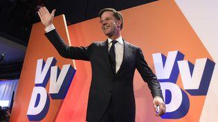 Le Premier ministre néerlandais Mark Rutte célèbre sa victoire aux élections législatives, le 15 mars 2017, à La Haye (Pays-Bas). (JOHN THYS / ANP)