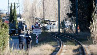 Des gendarmes surveillent le site de l'accident entre un TER et un car scolaire, le 15 décembre 2017, à Millas (Pyrénées-Orientales). (PASCAL RODRIGUEZ/SIPA)