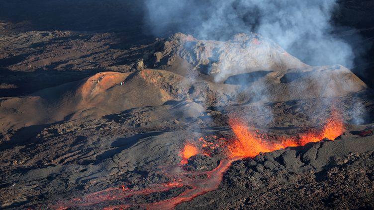 Les coulées de lave du piton de la Fournaise le 25 août 2015, sur l'île de La Réunion. (RICHARD BOUHET / AFP)