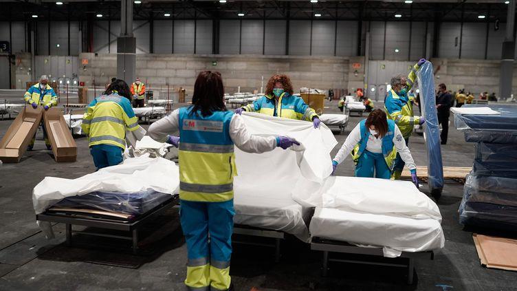 Un hall d'exposition de Madrid (Espagne) est tranformé en hôpital, le 22 mars 2020. Il peut accueillir 5 500 patients. (AFP)