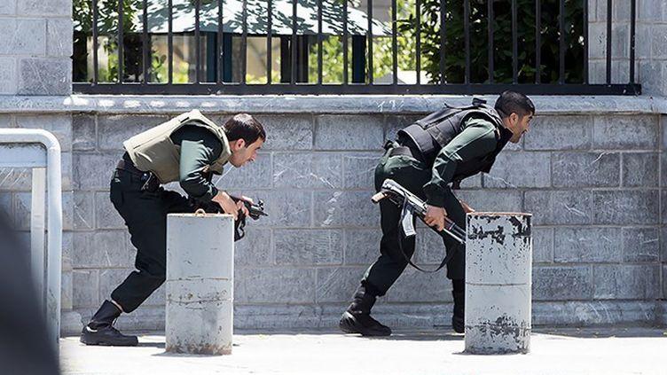 Les forces de sécurité iraniennes se dirigent vers le parlement, attaqué par un commando terroriste, le 7 juin 2017 à Téhéran. (- / DPA)