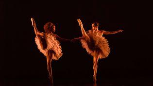 La danseuse française Marie-Astrid Mence (à gauche) lors d'une représentation de la compagnie Ballet Black au Barbican Theatre de Londres, le 15 mars 2018. (JANE HOBSON / SHUTTERSTOC / SIPA / REX)