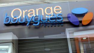 Montage avec deux boutiques de téléphonie mobile Bouygues et Orange, le 15 février 2016. (MAXPPP)