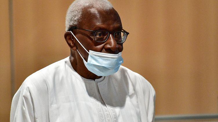 L'ancien chef de l'athlétisme mondial Lamine Diack arrive le 16 septembre au palais de justice de Paris pour entendre le verdict de son procès pour corruption avec quatre autres accusés dans les affaires de dopage russe.  (MARTIN BUREAU / AFP)