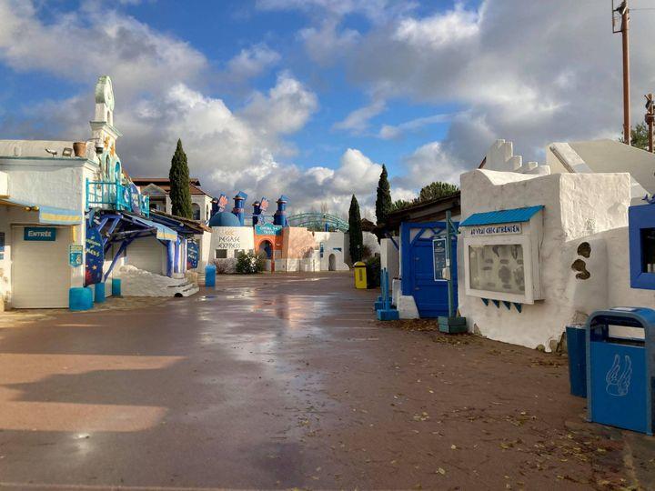 Les allées du parc Astérixdésertes en décembre 2020 pour cause de Covid-19. (VICTORIA KOUSSA / RADIOFRANCE)