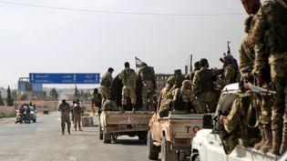 Des combattant syriens soutenu par l'armée turque dans l'offensive conjointe contre les Kurdes à Ayn al-Arus, dans le nord de la Syrie, le 14 octobre 2019. (BAKR ALKASEM / AFP)